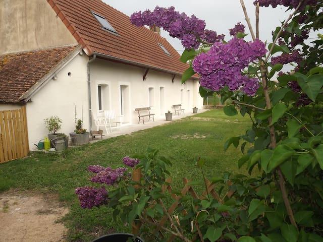 chambre avec salle de bain dans maison campagne - Charrin - Dům