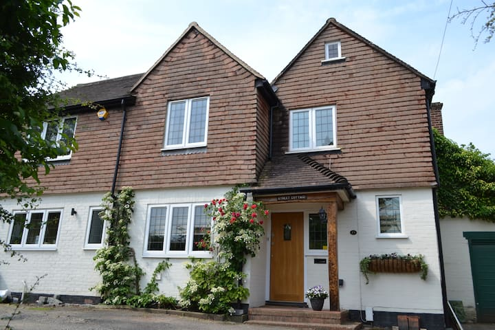 Double bedroom. Good train connection to London - Fetcham - Hus