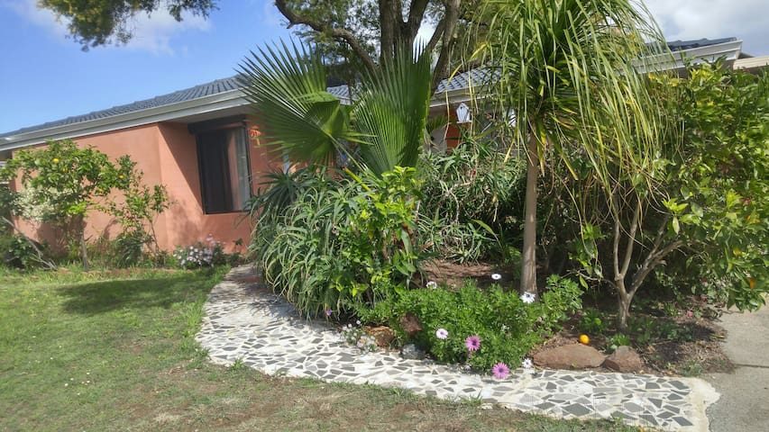 Aussie Retreat wt Breakfast, Parking free - Thornlie - Huis