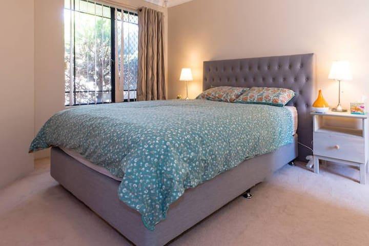 Quiet Master Bedroom with Ensuite - Tuart Hill - Adosado