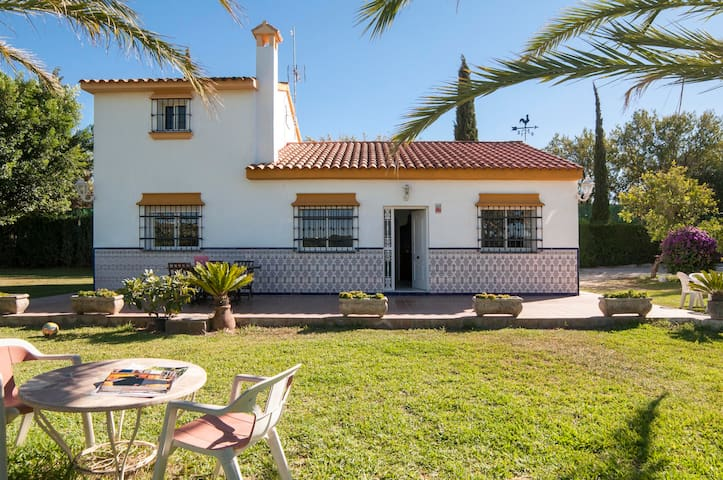 Big villa with garden and trees. Near the coast - Alhaurín de la Torre - 一軒家