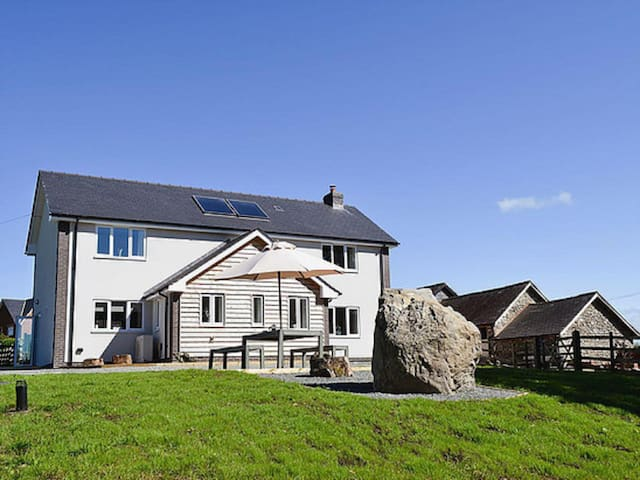 Modern, spacious holiday cottage in Mid Wales - Llanyre - Maison