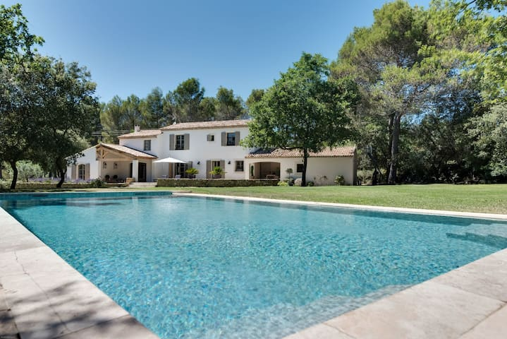 Beautiful farmhouse with a large pool and garden - Rognes