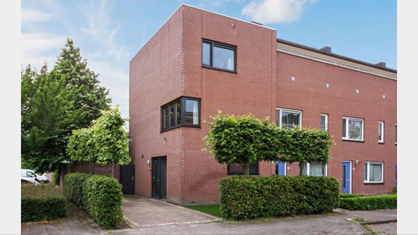 Nice room in oosterhout by friendly people. - Oosterhout - Casa