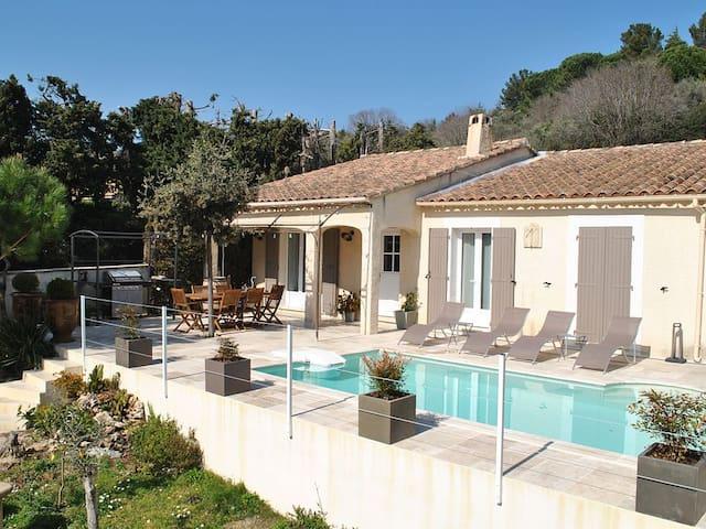 Villa avec piscine au cœur d'un village provençal - Rochefort-du-Gard - วิลล่า