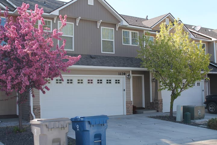Contemporary Townhome Boise Suburbs - Nampa