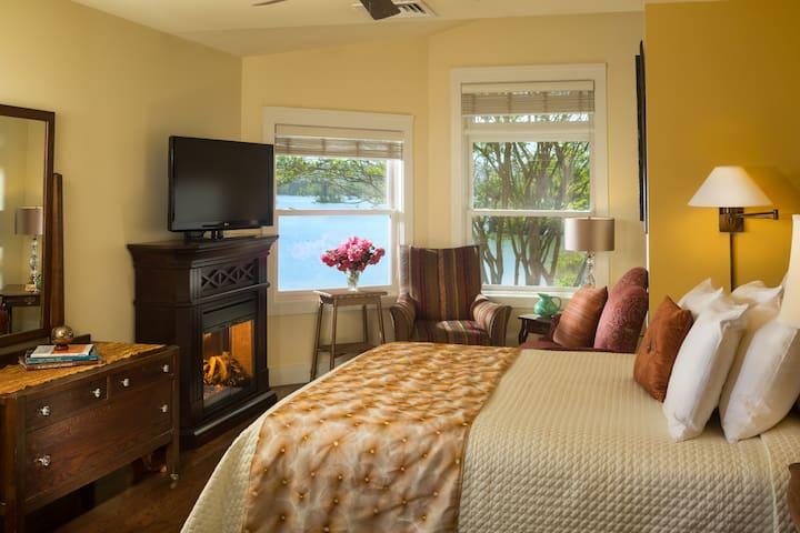 Queen Deluxe Room at Luxury Lakefront Inn - Lake Hamilton - Boetiekhotel