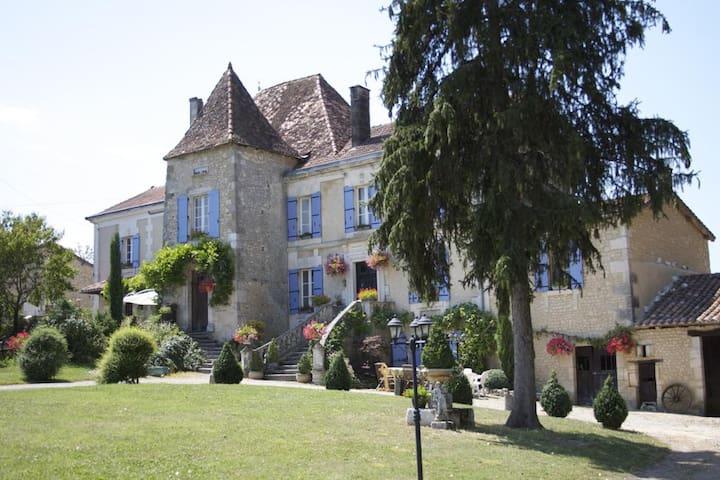 Manoir La Breuille, Montmoreau St Cybard, Charente - Saint-Martial - Bed & Breakfast