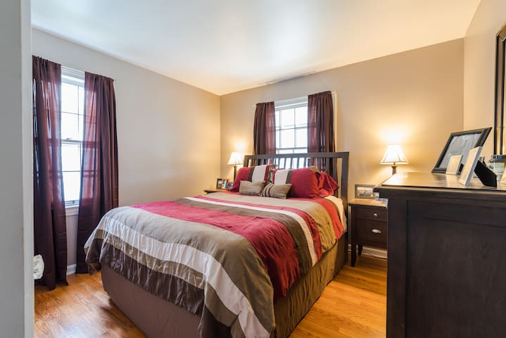 Cozy Private Room with Queen Bed near Airport! - Cleveland - Casa
