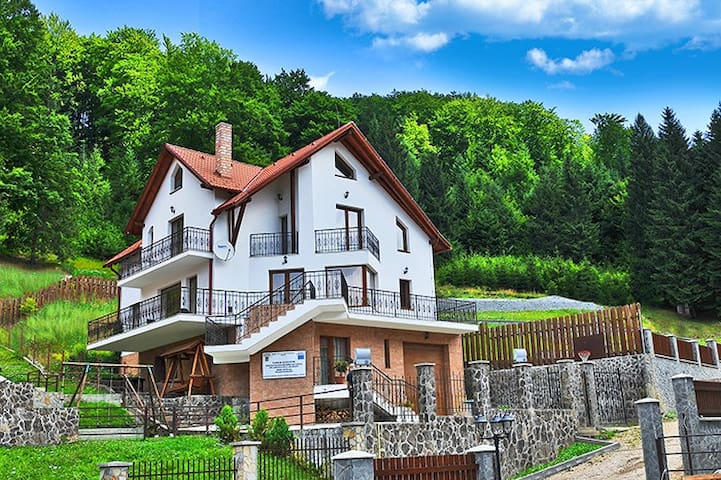 Charming Villa in a Private Mountain Resort - Timișu de Jos