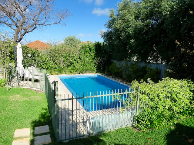 Family home with huge garden & solar heated pool - Wembley - Hus