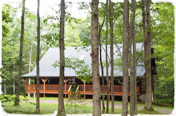Beautiful Log Home Nestled in a Private Lot - Jim Thorpe - Cabaña
