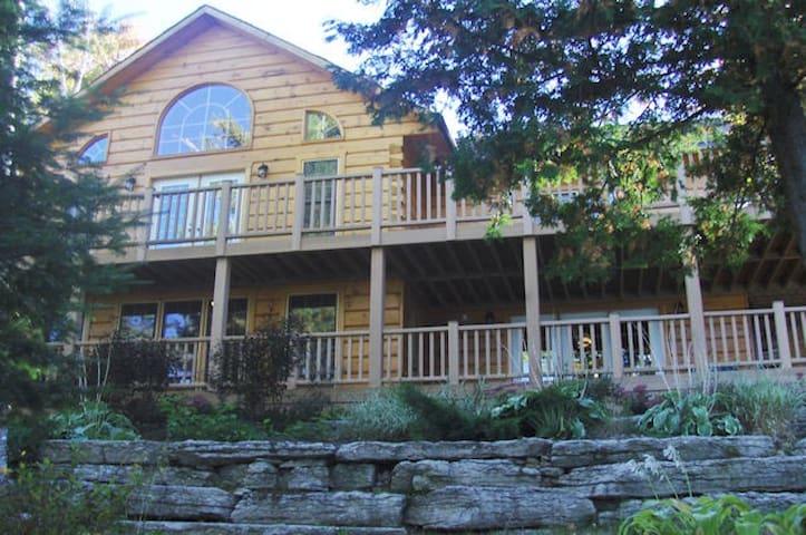 Year Round Lakefront Executive Cottage Retreat - Tory Hill - Mökki