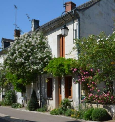Charming old house in a garden village - Chédigny - Casa