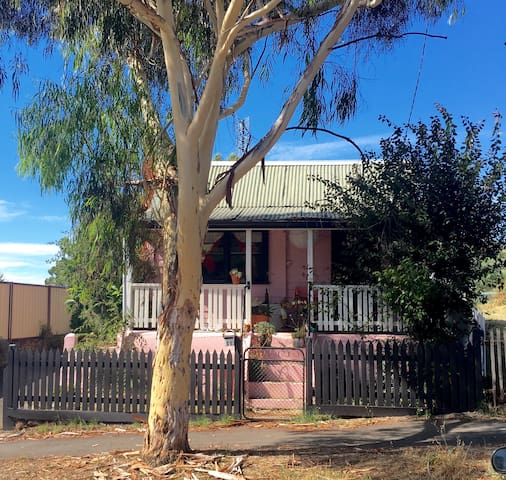 The Pink House - Castlemaine - Talo
