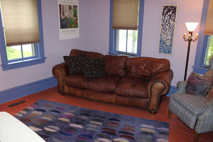 Artsy, comfy, walkable, colorful space, sleeps 4, - Eastport