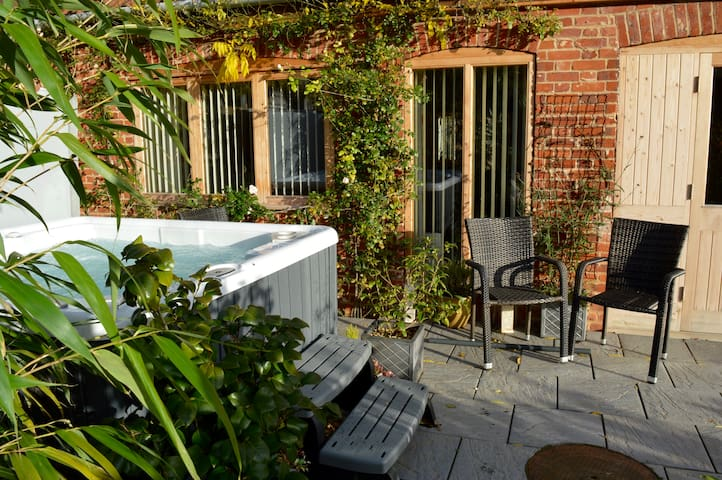 Beautifully appointed garden cottage with hot tub - Panxworth