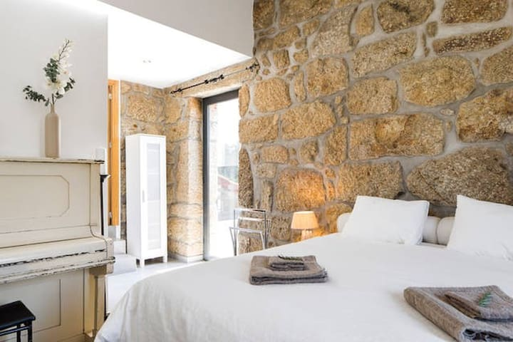 Spacious (tower)room in renovated old farmhouse - Tondela