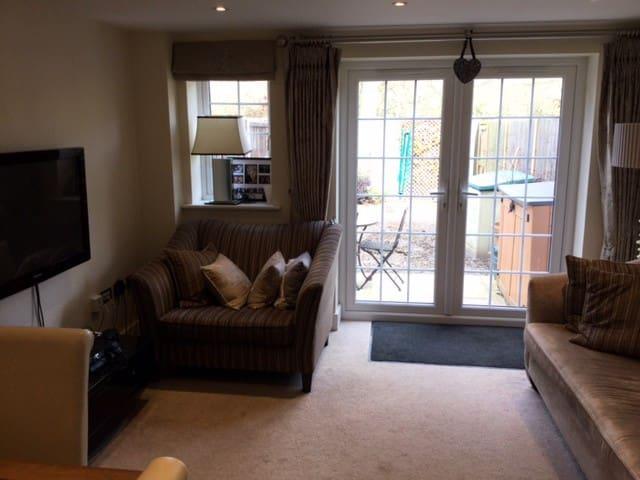 Spacious double room in Bisley nr. Woking - Bisley - Daire