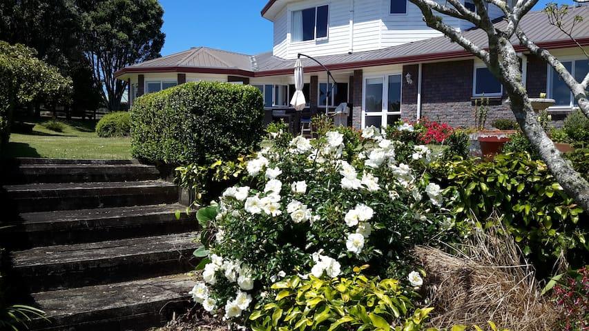 The Village Menagerie - Te Kauwhata - Wikt i opierunek