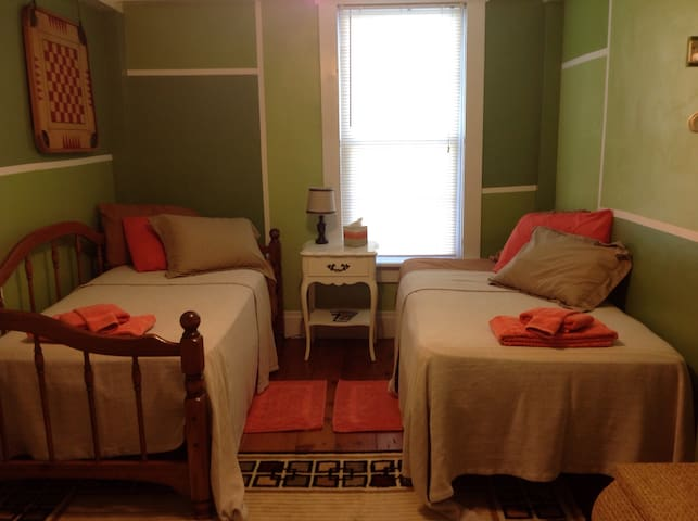 Circa 1800s  Cozy Twin Beds With Shared Bath - Somerset - Ev