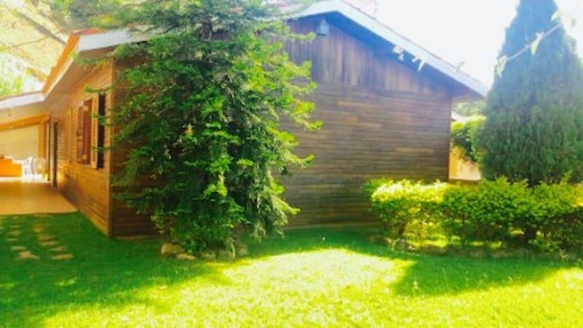 Casa de madeira mobiliada, com área de churrasco. - Águas de Lindóia - Huis