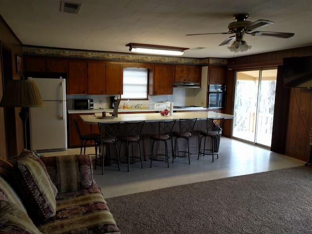 Lakefront Upstairs Retreat with Gorgeous View - Campti