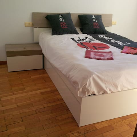 Queen Bed with huge Bathroom and Toilet - Ponferrada - Service appartement