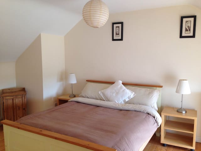 Spacious Bedroom close to Town Centre with Parking - Tuam