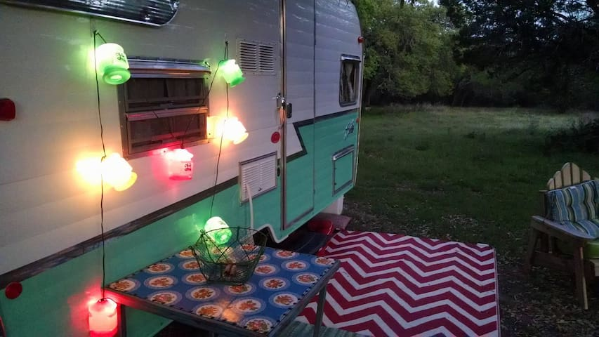 Cozy SHASTA Vintage Style Camper Wimberley - Wimberley - Stuga