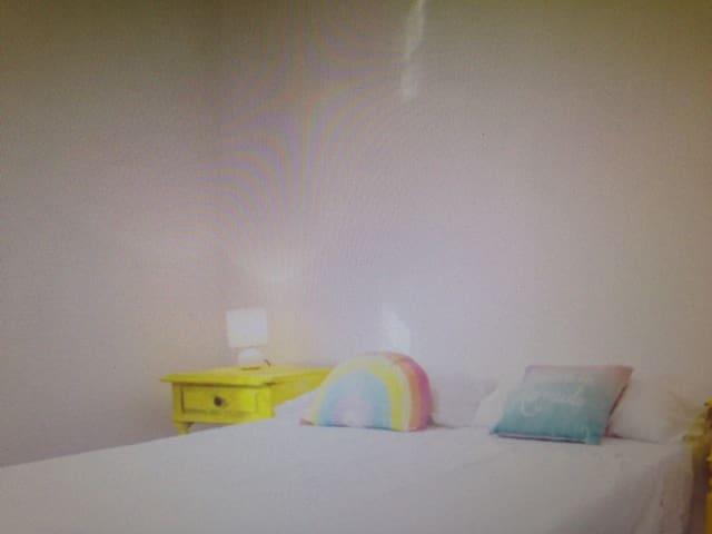 Cool yellow bdroom - Constância - Byt