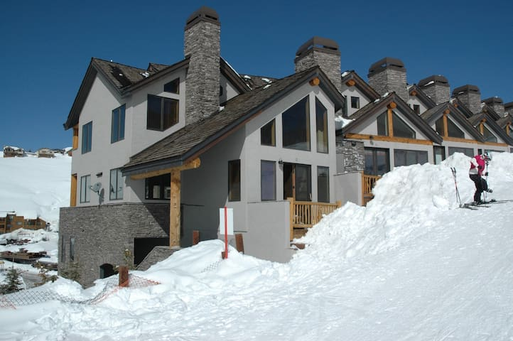 Truly ski in and out/ Luxury Condo - Mount Crested Butte - Adosado