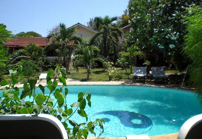 "Frangipani Cottages ""Mnazi I"" - Diani Beach - Huoneisto"