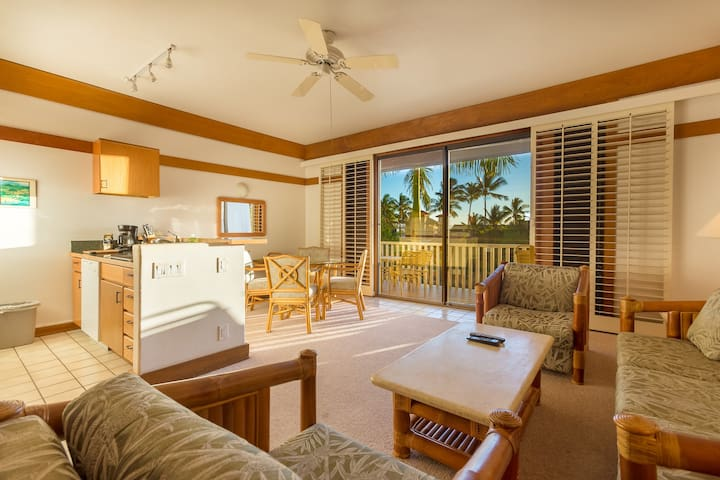 NEW Poipu Beach Condo, Sleeps 4. Steps to Sand. - Koloa - Selveierleilighet