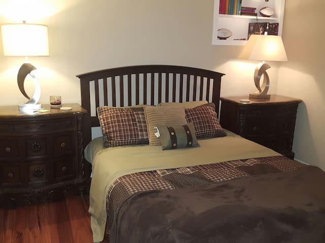 2.5 Miles to Attractions. Private room and bath. - Arlington - Huis