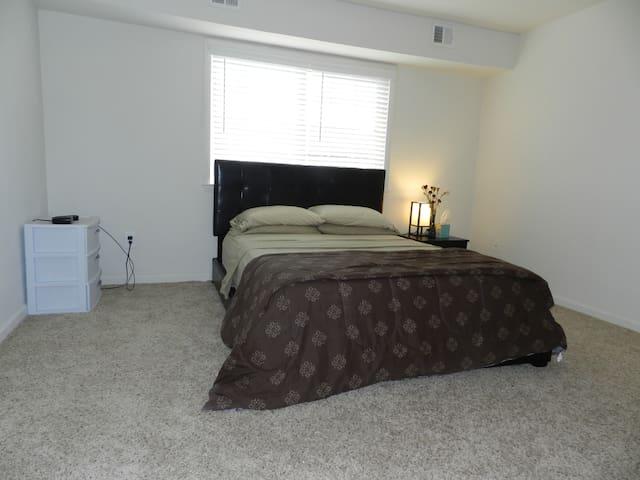 Spacious and Cozy 1 Bedroom Apartment,New Listing! - Newark - Lägenhet