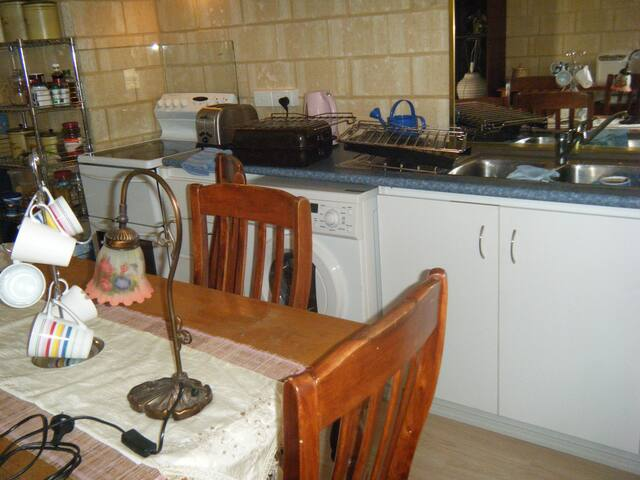 BEDSITTER WITH KITCHENETTE - Kwinana Town Centre - Casa