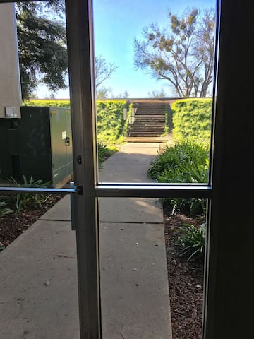 Private Room within Steps to American River! - Sacramento - Appartement