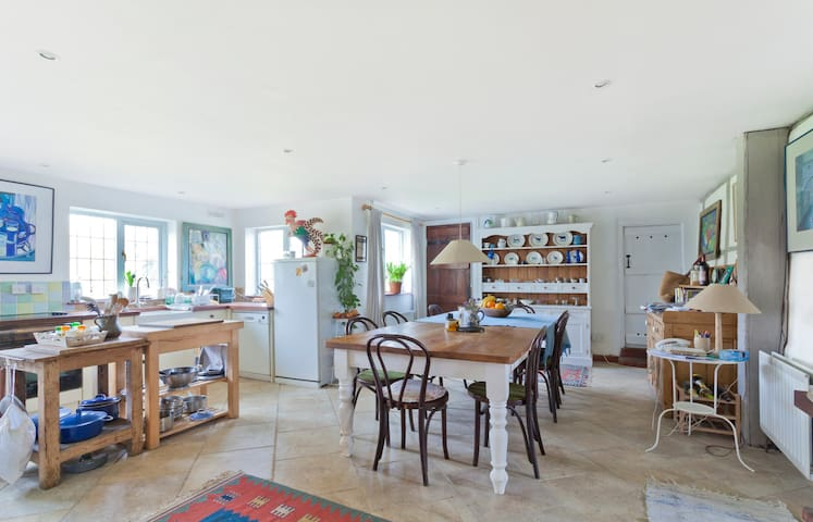 A stylish bedroom with garden view - West Berkshire - Huis
