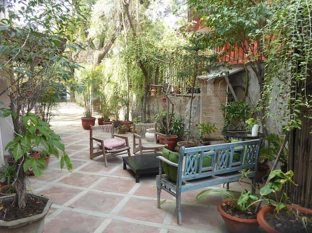 Bedroom+dining+living room in beautiful farm house - Nueva Delhi - Bed & Breakfast
