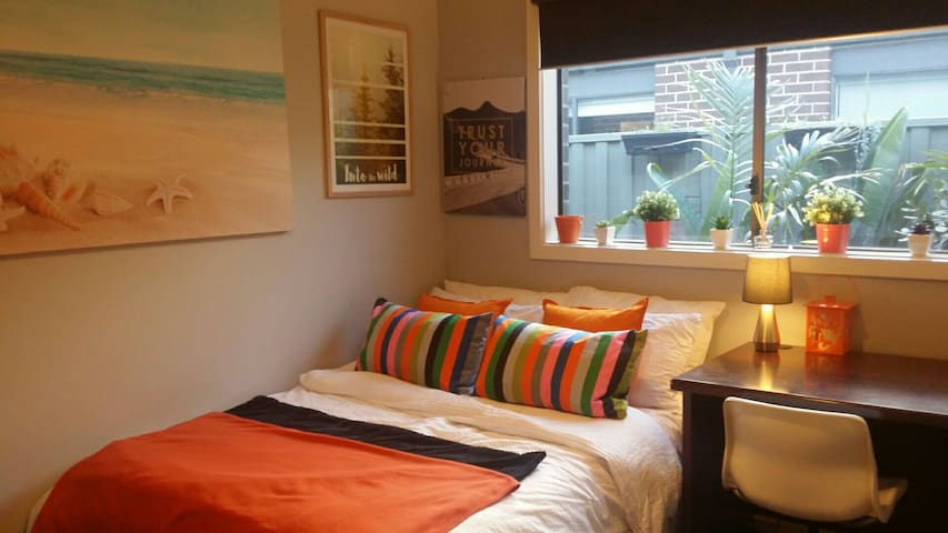 Tropical Retreat - Orange Room - Cranbourne East - Ev