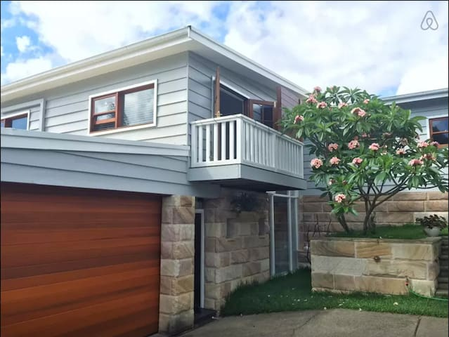 Bright Beach Apartment - Mona Vale