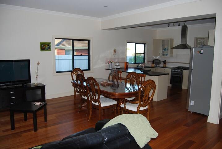 Bennett House is family friendly - Horsham - Casa