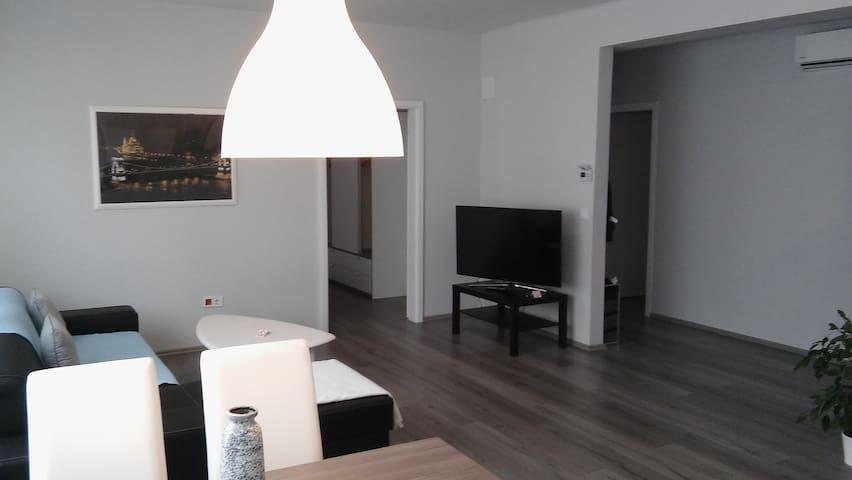 Modern, spacious apartment in downtown w balcony - Vác - Apartamento