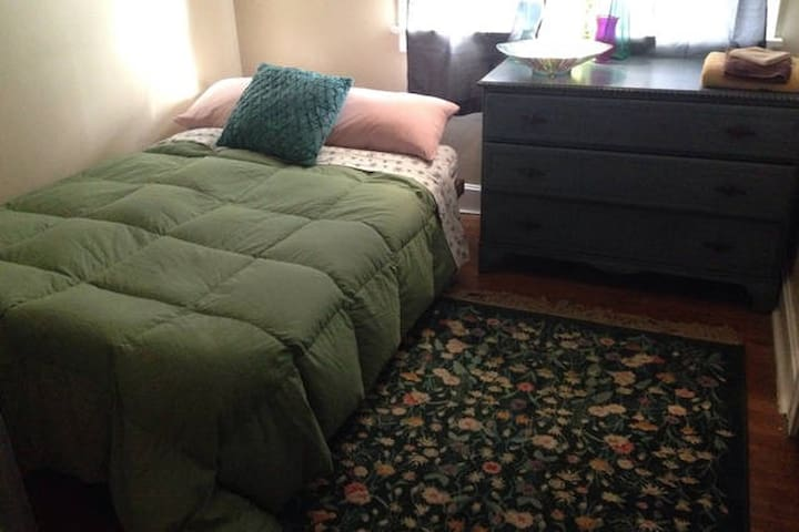 One bedroom in 3-bedroom house. - Cleveland - Apartamento