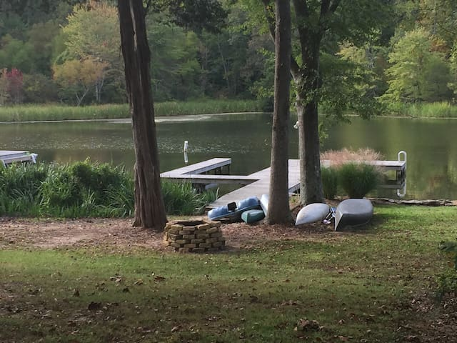 COZY CABIN DIRECTLY ON LAKE WITH PRIVATE BOATHOUSE - Guntersville - Cabaña