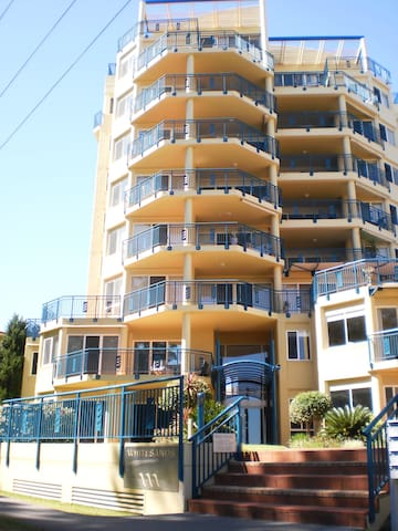 Only paces to beach & pool from luxury apartment. - Forster - Departamento