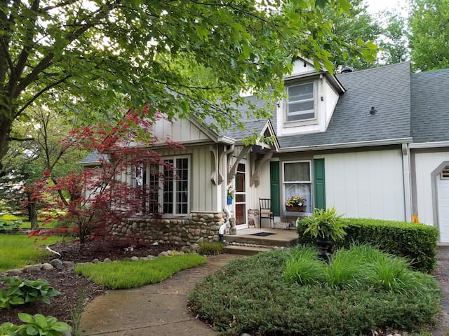 Cozy room in the woods right near the city - Brownsburg - Casa