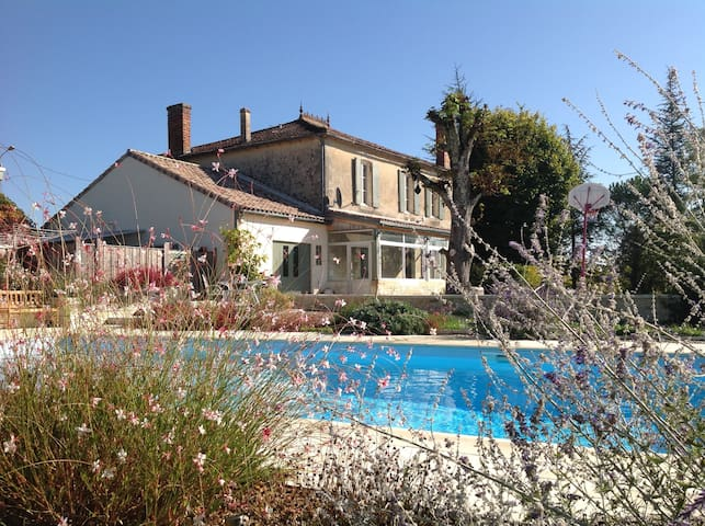 Maison de Maitre, large heated pool,sleeps 10+ - Bourg - Huis