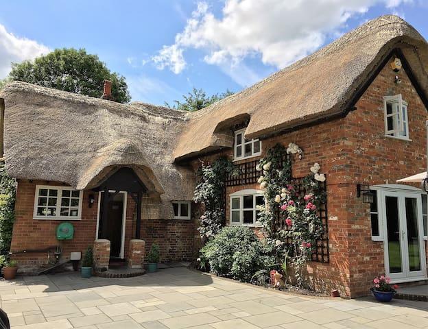 Luxurious Georgian Thatch Cottage sleeps 7 - Hampshire - Hus
